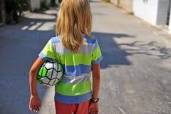 Αγόρι που πηγαίνει με τη φτωχή σφαίρα ποδοσφαίρου στοκ εικόνες με δικαίωμα ελεύθερης χρήσης