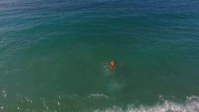 Αγόρι που πηδά κατά την άποψη θάλασσας απόθεμα βίντεο