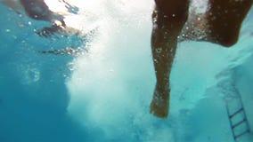 Αγόρι που πηδά στη λίμνη απόθεμα βίντεο