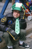 Αγόρι που προσέχει την παρέλαση ημέρας του ST Πάτρικ του 1987 Στοκ φωτογραφία με δικαίωμα ελεύθερης χρήσης