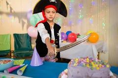 Αγόρι που προσποιείται να είναι ως πειρατή κατά τη διάρκεια της γιορτής γενεθλίων Στοκ εικόνα με δικαίωμα ελεύθερης χρήσης