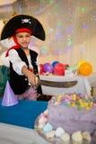 Αγόρι που προσποιείται να είναι ως πειρατή κατά τη διάρκεια της γιορτής γενεθλίων Στοκ Εικόνες