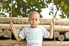 Αγόρι που στέκεται πέρα από την ταλάντευση Στοκ Φωτογραφία