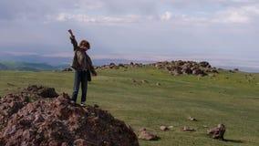 Αγόρι που στέκεται στους βράχους απόθεμα βίντεο