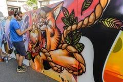 Αγόρι που σύρει ένα γκράφιτι Στοκ Εικόνες