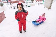Αγόρι που τραβά το έλκηθρο βαριδιών Στοκ φωτογραφία με δικαίωμα ελεύθερης χρήσης