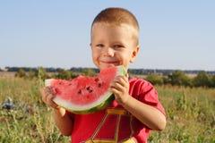 αγόρι που τρώει λίγο καρπ&omi στοκ εικόνες με δικαίωμα ελεύθερης χρήσης