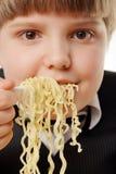 αγόρι που τρώει στιγμιαία no Στοκ Εικόνες