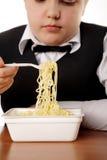 Αγόρι που τρώει στιγμιαία noodles Στοκ Φωτογραφίες