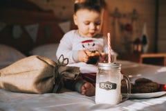 Αγόρι που τρώει τα μπισκότα στο κρεβάτι Στοκ Εικόνες