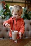 Αγόρι που τρώει τον αφρό του κακάου Στοκ φωτογραφίες με δικαίωμα ελεύθερης χρήσης