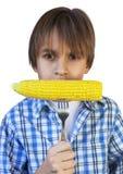 Αγόρι που τρώει το καλαμπόκι Στοκ Εικόνες