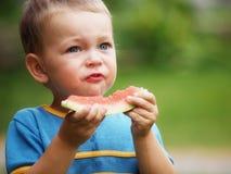 Αγόρι που τρώει το πεπόνι Στοκ Φωτογραφία