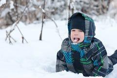 Αγόρι που τρώει το χιόνι Στοκ φωτογραφίες με δικαίωμα ελεύθερης χρήσης