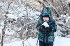Αγόρι που τρώει το χιόνι Στοκ Φωτογραφίες