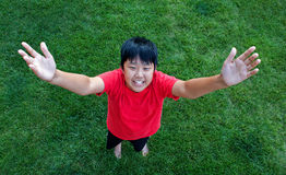 αγόρι που φαίνεται κάτω χαμόγελο Στοκ Εικόνα