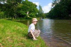 αγόρι που φαίνεται ποταμός Στοκ Φωτογραφία