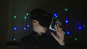 Αγόρι που φορά τα προστατευτικά δίοπτρα εικονικής πραγματικότητας απόθεμα βίντεο