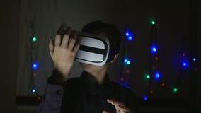 Αγόρι που φορά τα προστατευτικά δίοπτρα εικονικής πραγματικότητας φιλμ μικρού μήκους
