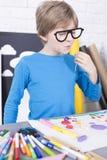Αγόρι που φορά τα πλαστά γυαλιά διασκέδασης Στοκ Φωτογραφίες
