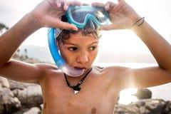 Αγόρι που φορά τη μάσκα για την κολύμβηση με αναπνευστήρα Στοκ Φωτογραφίες