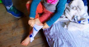 Αγόρι που φορά τις κάλτσες στην κρεβατοκάμαρα στο σπίτι 4k απόθεμα βίντεο
