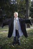 Αγόρι που φορά το μεγάλου μεγέθους κοστούμι στοκ φωτογραφία