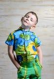 Αγόρι που φορά το Floral πουκάμισο τυπωμένων υλών με τα χέρια στα ισχία Στοκ φωτογραφία με δικαίωμα ελεύθερης χρήσης