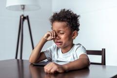 Αγόρι που φωνάζει καθμένος με την ταμπλέτα Στοκ φωτογραφίες με δικαίωμα ελεύθερης χρήσης
