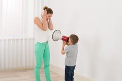 Αγόρι που φωνάζει στη μητέρα της στοκ εικόνα με δικαίωμα ελεύθερης χρήσης