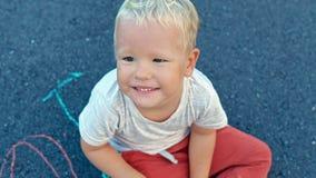 Αγόρι που χαμογελά στη κάμερα απόθεμα βίντεο
