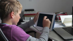 Αγόρι που χρησιμοποιεί την ψηφιακά ταμπλέτα και το lap-top στην κρεβατοκάμαρα φιλμ μικρού μήκους