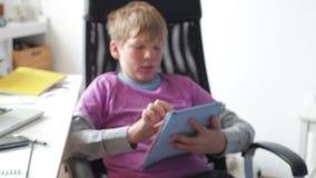 Αγόρι που χρησιμοποιεί την ψηφιακή ταμπλέτα στην κρεβατοκάμαρα φιλμ μικρού μήκους
