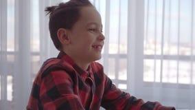 Αγόρι που χρησιμοποιεί τον υπολογιστή στο σπίτι συγκινήσεις φιλμ μικρού μήκους