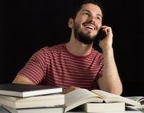 Αγόρι που χρησιμοποιεί το κινητό τηλέφωνο αντί της μελέτης Στοκ φωτογραφία με δικαίωμα ελεύθερης χρήσης
