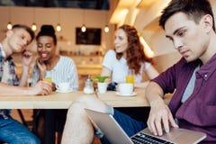 Αγόρι που χρησιμοποιεί το lap-top στον καφέ Στοκ Φωτογραφίες