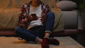 Αγόρι που χρησιμοποιεί το smartphone, texting το μήνυμα στη φίλη, που απογοητεύεται με την απάντηση απόθεμα βίντεο