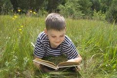 αγόρι που ψαλιδίζει το απομονωμένο καλυμμένο ανάγνωση στούντιο μονοπατιών στοκ φωτογραφία με δικαίωμα ελεύθερης χρήσης