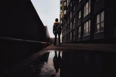 Αγόρι προ-εφήβων σε μια οδό σε μια μεγάλη πόλη δίπλα σε μια πολυκατοικία μόνο Στοκ Φωτογραφίες