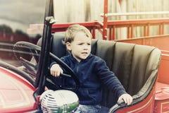 Αγόρι σε ένα εκλεκτής ποιότητας πυροσβεστικό όχημα - αναδρομικό Στοκ εικόνες με δικαίωμα ελεύθερης χρήσης
