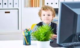 Αγόρι σε ένα κοστούμι εργαζομένων γραφείων έτοιμο να ακούσει προσεκτικά το VI Στοκ Εικόνα
