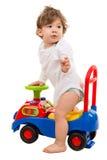 Αγόρι σε ένα παιχνίδι αυτοκινήτων που ξανακοιτάζει στοκ εικόνες