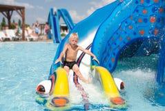 Αγόρι σε ένα aquapark Στοκ φωτογραφία με δικαίωμα ελεύθερης χρήσης
