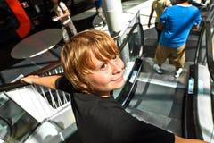 Αγόρι σε μια κινούμενη σκάλα Στοκ Εικόνα