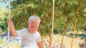 Αγόρι σε μια ταλάντευση φιλμ μικρού μήκους