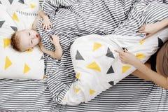 αγόρι σπορείων λίγα Το αγόρι ξυπνά το πρωί Το παιδί είναι κάτω από το κάλυμμα Στοκ Εικόνες