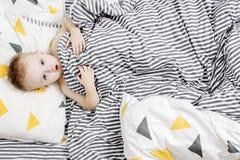 αγόρι σπορείων λίγα Το αγόρι ξυπνά το πρωί Το παιδί είναι κάτω από το κάλυμμα Στοκ φωτογραφίες με δικαίωμα ελεύθερης χρήσης