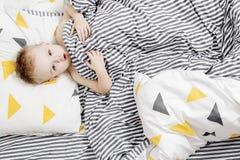 αγόρι σπορείων λίγα Το αγόρι ξυπνά το πρωί Το παιδί είναι κάτω από το κάλυμμα Στοκ Φωτογραφία