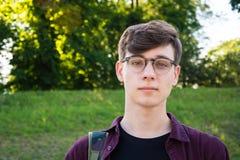 Αγόρι σπουδαστών στα vearing γυαλιά πάρκων Στοκ Φωτογραφία