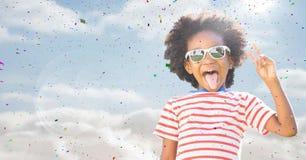 Αγόρι στα γυαλιά ηλίου που κάνει το σημάδι ειρήνης ενάντια στον ουρανό με τη φλόγα και το κομφετί Στοκ εικόνες με δικαίωμα ελεύθερης χρήσης